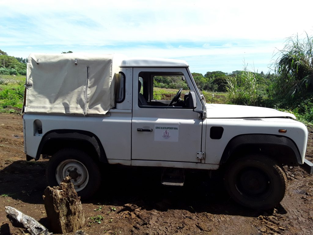 Land Rover à l'ancien logo (SDR) de la DAG.