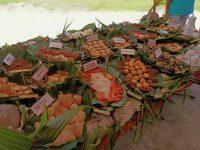Cette photo illustre quelque unes des nombreuses spécialités culinaires polynésiennes produites à partir des noix de coco. Cette diversité nous la retrouvons aussi dans les produits à haute valeur ajoutée produits en Polynésie : huile de coprah, monoï, huile vierge de coco, lait de coco, miti hue, artisanat et demain on l'espère, valorisation du bois et production de biocarburant. Le cocotier peut être valorisé sous de multiples formes : plus de 100 produits commerciaux issus des cocoteraies ont ainsi été recensés dans le monde.