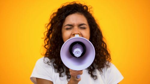 Une femme crie dans un mégaphone