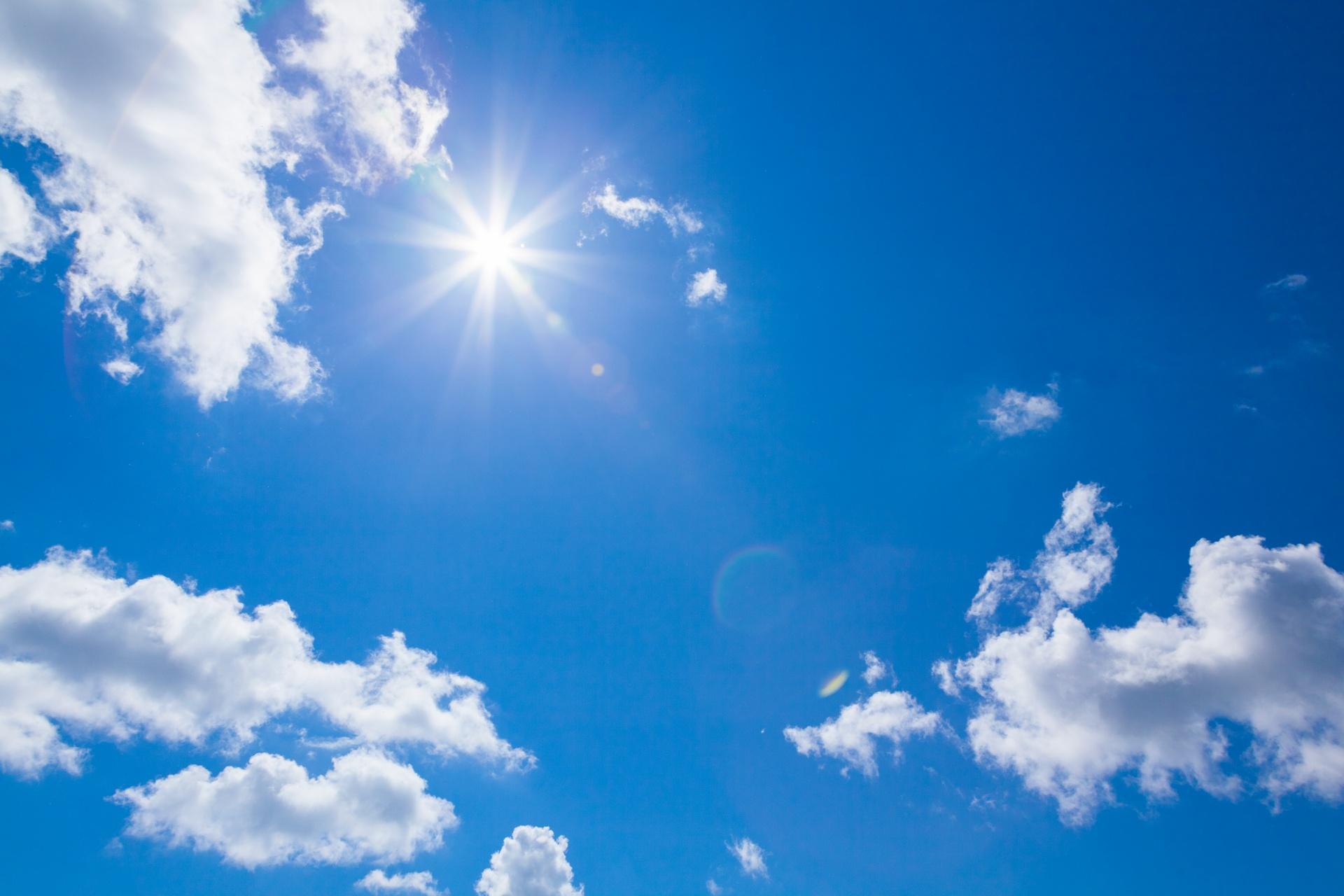 Grand ciel bleu ensoleillé